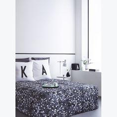 """""""AJ"""", Arne Jacobsen, ein renommierter, dänischer Architekt, entwarf 1937 die Typographie, die heute viele Produkte aus dem Hause Design Letters ziert. Wunderbar schlicht und trotzdem ein Hingucker - diese Beschreibung passt wohl auf die ganze Kollektion des Trend-Labels. Auch für Dein Bett oder Dein Sofa ist jetzt was dabei: hübsche Kissenbezüge mit Buchstaben-Aufdruck."""