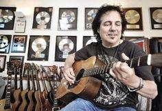 米国のギタリスト「クレイグ・チャキーソ」は今日で58歳になります。 - きになるRINGO