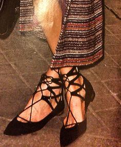 Soprabito lungo Chanel e scarpe flat intrecciate