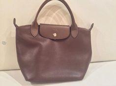 Myydään miltei käyttämätän Longchampin nahkainen laukku,Leveys 32 cm, korkeus 23 cm, pohjan syvyys 23 cm