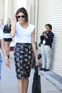 Beauty blogger Emily Weiss mixing a simpe white T with a floral satin pencil skirt of Derek Lam