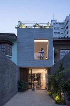 Estúdio BRA Arquitetura has designed a compact house for a long and narrow parcel of land, incorporating front and rear courtyards, and a rooftop deck. Residential Architecture, Architecture Design, Compact House, Narrow House, Tiny House Design, Small Home Design, Modern Design, Facade House, Exterior Design