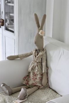 Such a well dressed Maileg bunny! Maileg Bunny, Fabric Animals, Rabbit Toys, Doll Quilt, Funny Bunnies, Toy Organization, Sewing Toys, Waldorf Dolls, Spring Colors