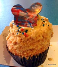 july 4th cupcake at disney filled with apple pie filling, topped with frosting rolled in a little streussel topping...