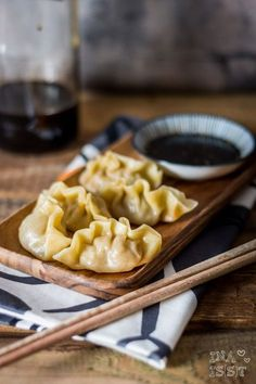Traditionelle chinesische Jiaozi – gefüllte Teigtaschen /// Traditional chinese dumplings Here you will find delicious recipes for baking and cooking. There are many recipes from my everyday life but also creative international cuisine. Appetizer Dishes, Appetizer Recipes, Chinese Appetizers, Cooking Chinese Food, Chicken Spring Rolls, Gluten Free Puff Pastry, Chinese Dumplings, China Food, Dim Sum