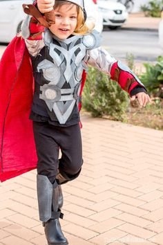 Boy dressed in Thor costume with hammer raised as if ready to strike Kids Thor Costume, Thor Halloween Costume, Diy Superhero Costume, Toddler Costumes, Thor Fancy Dress, Fancy Dress Diy, Costumes Couture, Diy Costumes, Costume Ideas