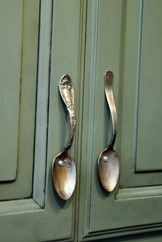 Use For Vintage Spoons On Kitchen Cabinets! Use For Vintage Spoons On Kitchen Cabinets! The post Use For Vintage Spoons On Kitchen Cabinets! appeared first on Lori& Decoration Lab. Fur Vintage, Vintage Ideas, Vintage Crafts, Deco Restaurant, Restaurant Interiors, Diy Home Decor, Room Decor, Kitchen Cabinet Handles, Cabinet Hardware