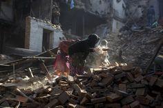 Frauen aus Bhaktapur in Nepal räumen nach dem verheerenden Erdbeben mit den Händen die Trümmer ihrer Häuser weg.