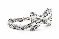 Wiązana biała muszka w nuty - pięciolinia. Idealna dla muzyka :)  Do kupienia online w Madame Allure!  #muchawnuty #muszkaślubna #nuty #pięciolinia