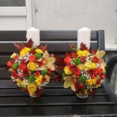 Lumanari de nunta realizate din trandafiri galbeni, cupe de orhidee, hiperycum, miniroze portocalii, santini, frezii galbene si frunze de stejar. Flower Quotes, December 25, Floral Wreath, Wreaths, Table Decorations, Fall, Flowers, Autumn, Door Wreaths