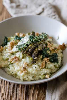 Asparagus risotto with wild garlic, gorgonzola and walnuts- Spargelrisotto mit Bärlauch, Gorgonzola und Walnüssen Asparagus risotto with wild garlic and gorgonzola - Vegetarian Recipes Asparagus, Lacto Vegetarian Diet, Healthy Pasta Recipes, Asparagus Recipe, Gorgonzola Pasta, Wild Garlic, Main Meals, Soul Food, Food Inspiration