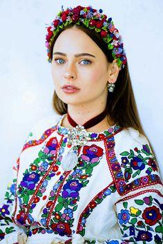 European Dress, European Girls, Eslava, Costumes Around The World, Folk Clothing, Country Women, Russian Beauty, Folk Fashion, Hippie Style