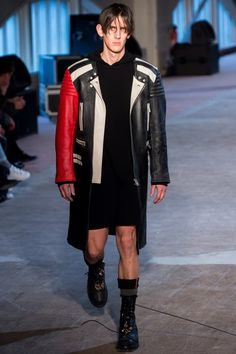 The complete Maison Margiela Fall 2016 Menswear fashion show now on Vogue Runway.