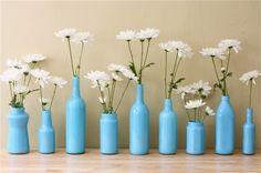 weiße chrysantemen blau bemalte glas flaschen
