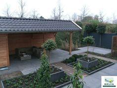 """Deze indeling lijkt erg veel op hoe de tuin er uit moet gaan zien. Alleen dan met 2 leibomen in de bakken en wit of grijze pebblestones of leisteen """"grind"""""""