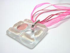vidro  incolor / tons de rosa  torçal em cera e fita de organza rosa forte - 45 cm c/ extensor  gema de vidro 3 x 3 cm    Peça Exclusiva R$26,00