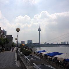Fernsehturm und Stadttor aus Sicht der Rheinuferpromenade