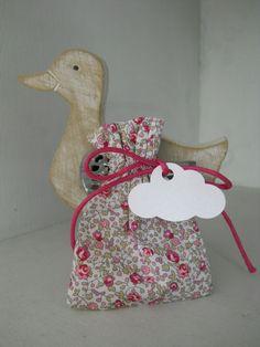 Pochon Liberty eloise rose, cordon fuchsia, étiquette nuage blanc irisé Fuchsia, Pink, Diy Bebe, Creative Box, Liberty Print, Liberty Of London, Diy For Kids, Christening, Garland