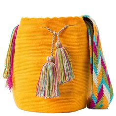 Bolso wayuu hecho a mano en Colombia Crochet Crafts, Knit Crochet, Tapestry Crochet Patterns, Quilted Bag, Cotton Thread, Handmade Bags, Hand Knitting, Bucket Bag, Purses And Bags