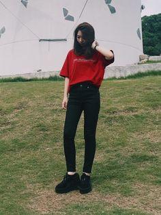 もうTシャツ単体ではさみしい季節ですね〜 オーバーサイズのTシャツにスキニー、 厚底靴で韓国っぽくな