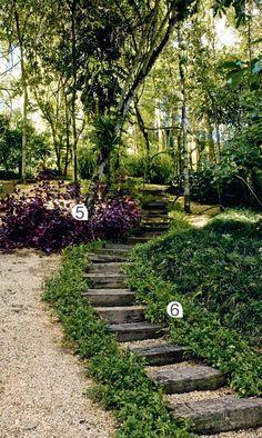 Canteiros floridos, gramados com pontos de contemplação e áreas de mata nativa. Caminhos de pedra e madeira unem um canto a outro nesta casa de campo, próxima a Belo Horizonte.