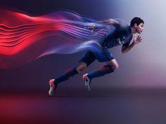 Toujours signée Nike, la nouvelle tunique parisienne dévoile un design :  - sobre et élégant  - doté de la dernière innovation de Nike Aeroswift.  - double maillage qui bouge et se transforme lorsque les joueurs sont en mouvement - La bande verticale rouge est toujours présente nouveau graphisme - un col en V fait également son apparition.  - Iinscription « PARIS » à l'arrière du col, de même pour les mots « Grandeur » (à droite) et « Passion » (à gauche) que l'on peut observer à…