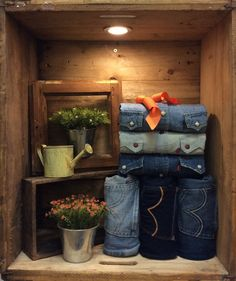 Role jeans vertically and stack shirts on top horizontally in crates. Clothing Store Displays, Clothing Store Design, Store Window Displays, Denim Window Display, Mode Choc, Visual Merchandising Fashion, Fashion Displays, Store Windows, Visual Display
