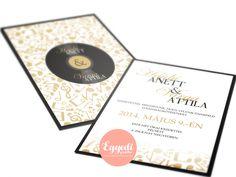 Kreatív, zenei stílúsú fekete és arany esküvői meghívó hangjegyekkel díszítve | Creative black and gold music record wedding invitation