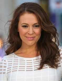 Alyssa Milano Long Wavy Cut - Alyssa Milano rocked the easy-breezy look with soft beacy waves. 2015 Hairstyles, Trendy Hairstyles, Alyssa Milano Hair, Serie Charmed, Colored Highlights, Hair Dos, Cut And Color, Beautiful Actresses, New Hair