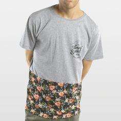 CAMISETA FLORES INFERIOR GRIS Camiseta 100% algodón fabricada en España, con los mejores materiales. Serigrafiadas con tintas de alta calidad.     Incluye caja de cartón y 3 pegatinas.