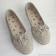 This Pin was discovered by Gau Crochet Boot Socks, Knitted Slippers, Slipper Socks, Crochet Shoes Pattern, Shoe Pattern, Crochet Patterns, Love Crochet, Knit Crochet, Make Your Own Shoes