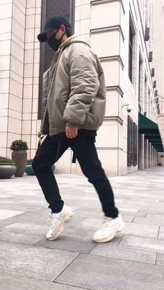 How to MOONWALK! Sliding dance decomposition action, you can learn at a glance Dance Tips, Dance Moves, Dance Videos, New Wave, At A Glance, Sport Photography, Funny Art, Funny Music, Fun Funny