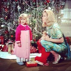 Bewitched ~ Tabitha (Erin Murphy) and Samantha Stephens (Elizabeth Montgomery) Vintage Christmas Photos, Retro Christmas, Vintage Holiday, Christmas Pictures, Agnes Moorehead, Christmas Shows, Christmas Past, Christmas Episodes, Xmas