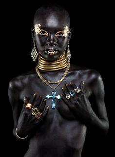 Beautiful black Beauty with golden jewelry - Egzotikus szépség arany ékszerekkel díszítve More photos about her: http://www.tumblr.com/blog/weird-and-dark