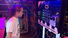 EINDHOVEN - Lukt het jou om binnen 10 minuten jezelf uit een escape room te programmeren? Die uitdaging kunnen bezoekers aangaan op de Dutch Technology Week in Eindhoven. Deze week vol technische snufjes en ontwikkelingen werd maandag officieel geopend.