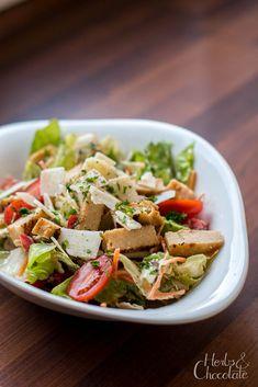 Ceasar-Style Salad auf Joghurtbasis  Einfaches Rezept für Ceasar Dressing, dass ohne Sardellen auskommt und statt Mayonnaise auf Joghurt basiert. Mayonnaise, Ceasar Salat, Ceasar Dressing, Cobb Salad, Herbs, Yoghurt, Food, Style, Dried Tomatoes