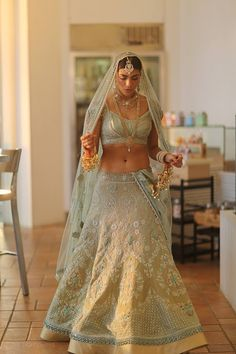 The most unique & gorgeous lehenga dupatta draping styles that'll amp up your entire wedding look. Learn how to drape lehenga dupatta in different styles. Easy and simple ways to drap a lehenga dupatta to look more stylish. Bridal Dupatta, Lehenga Dupatta, Gold Lehenga, Green Lehenga, Wedding Lehnga, Saree Gown, Wedding Dresses, Wedding Bride, Bridesmaid Dresses