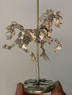 Sue Beatrice construye esculturas empleando piezas de relojes antiguos