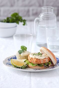 Shrimp Burger with tartar sauce  (hamburguesa de langostinos con salsa tártara) www.foodandcook.net