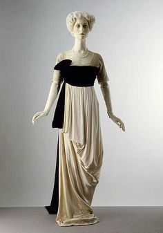 Evening dress, by Lucile, From the collections of the Victoria and Albert Museum. Lucile aka Lady Duff Gordon survived the sinking of the Titanic the year this dress was created. Vestidos Vintage, Vintage Gowns, Vintage Outfits, Vintage Glam, Vintage Clothing, Belle Epoque, Women's Dresses, Women's Fashion Dresses, Fashion Fashion