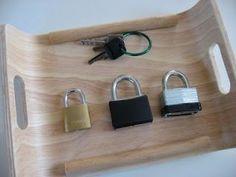Övningen utvecklar fingerfärdighet, hand öga koordination, problemlösning och minne. Tre olika hänglås med tre olika nycklar. Förvaras på en bricka.