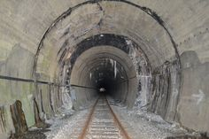 Tunel … Przejście na południową stronę Karpat, na Słowację. Długość według dwóch wypatrzonych przeze mnie źródeł to 416 m lub 642 m. Wydaje się że nie ma więcej jak pół kilometra, ale to nie najważniejsze.