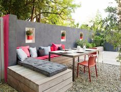 Simple wooden box benches, includes planters.  Gravel patio, outdoor seating area.  DE DECORAÇÃO - blog de decoração