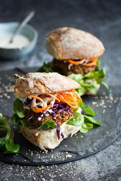 Vegan Quinoa and Kidney Bean Burgers. These baked burgers are perfect sandwiched in a nice bun with your favourite burger extras vegan burger easy minimalist baker Sandwich Wrap, Kidney Bean Burgers, Delicious Vegan Recipes, Healthy Recipes, Baked Burgers, Vegan Vegetarian, Vegetarian Recipes, Recipes With Kidney Beans, Burger Recipes