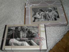 Tuunatut pahvilaatikot. Ylimmäisen sai sisareni syntymäpäivänä, kuva Siltalan pehtoori-elokuvasta, sisältönä naisten salaisuuksia.   Alempi laatikko on tehty eräälle hääparille, kun häissä sain tehtäväksi tehdä heille ½ vuotis hääkakun  ja siihen halusin laittaa lisärekvisiitaksi mm. sydämellisiä keksejä, karkkeja , erikoiskahvia kahdelle ja spesiaali lahja. Kuva elokuvasta miehen kylkiluu.