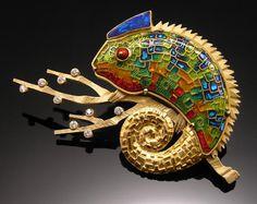 Minanqari Tecnica chameleon on the tree brooch Enamel Jewelry, Jewelry Art, Silver Jewelry, Jewelry Accessories, Jewelry Design, Designer Jewelry, Reptiles, Lizards, Artisan Jewelry