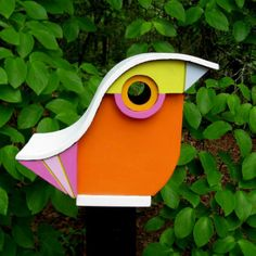 The birdhouses can be shaped gourd and painted with funny faces like those in the pictures, to enhance the garden decor. Tiny Bird, Small Birds, Pet Birds, Bird House Feeder, Bird Feeders, Birdhouse Designs, Birdhouse Ideas, Modern Birdhouses, Decorative Bird Houses