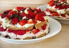 En rigtig lækker jordbærlagkage med hjemmelavede lagkagebunde og friske jordbær - en smuk og enkel jordbærkagkage - få opskriften her
