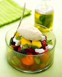 Verse vruchtensla met vanille-ijs en iced tea van munt