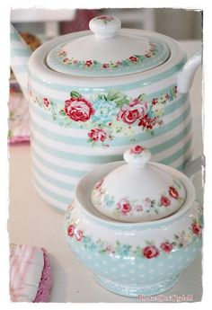 I have an obsession with anything covered in florals, I need this tea set!